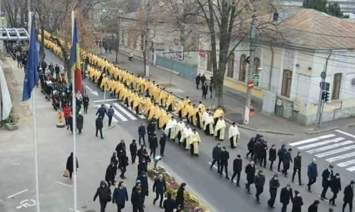 În unele oraşe au defilat şi trupele speciale din batalionul de afurisenie Scorpionii Aurii!
