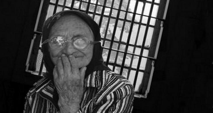 Tanti Maria, bătrâna de 78 de ani prinsă când vindea 5 legături de foi de viță, va fi plimbată într-o cușcă, să vadă toată lumea ce pățesti dacă nu furi mult!