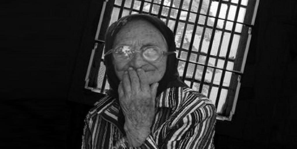 """Bătrână arestată pentrucă vindea leuştean: """"Bine că nu am luat şpagă ca doamna Pintea, că şi acum eram liberă şi nu mă reeducam!"""""""