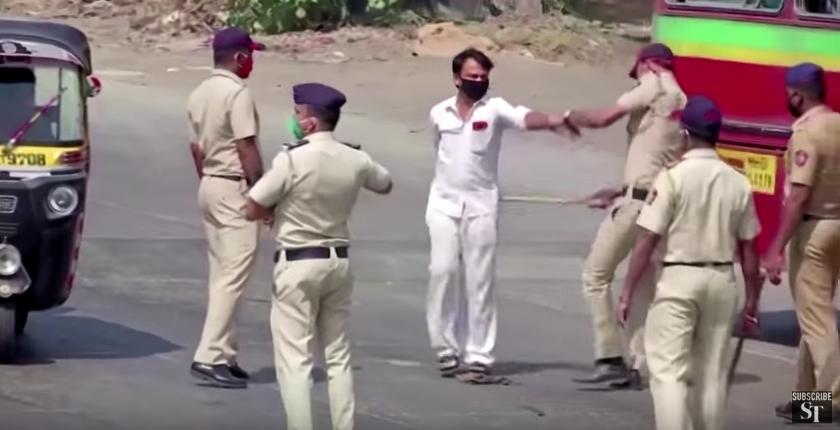 Cum întreține distanțarea socială poliția din India. Exact aşa a procedat şi Jandarmeria Română pe 10 august 2018 şi a funcționat: