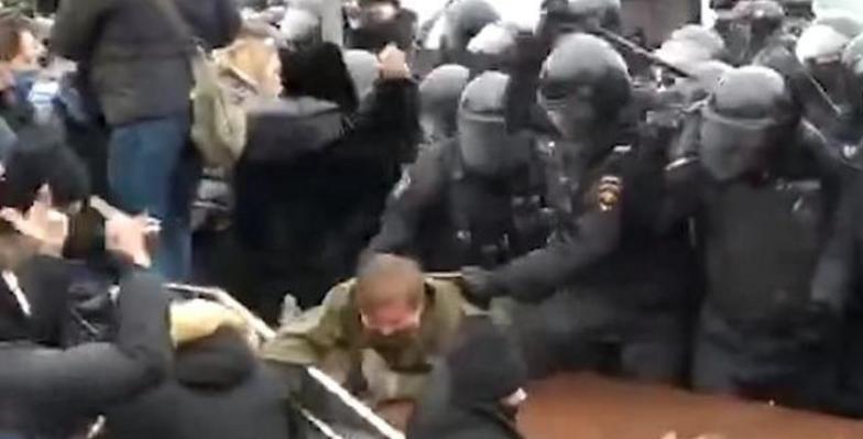 Protestatarii din Moscova, rupți in bătaie de forțele de ordine! Carmen Dan doarme la noapte încălțată, să fie pregătităîn caz că o sună Putin