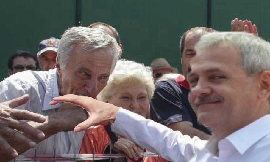 Un pensionar a avut erecție în timp ce pupa mâna lui Dragnea: De la mirosul de bani!