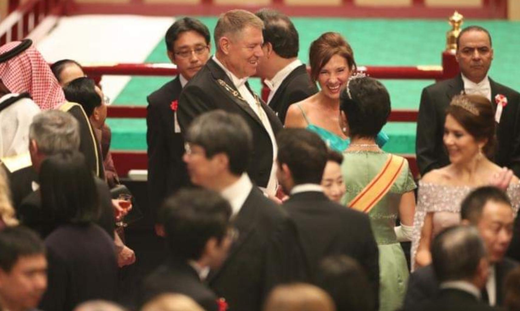 Carmen Iohannis cu umerii goi la Împăratul Japoniei. La pușcărie!