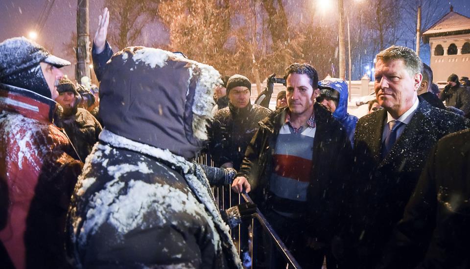 """Protestatar PSD către Iohannis: """"De ce ați dat ordonanță noaptea să eliberați corupții și violatorii?"""""""
