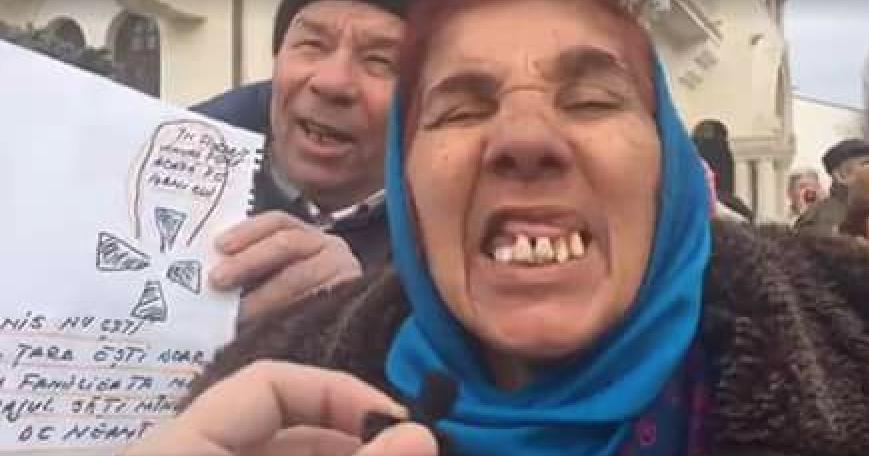 """Manifestanților PSD le-au căzut ultimii dinți după ce au strigat și ei că """"Cine nu sare nu vrea schimbare"""""""