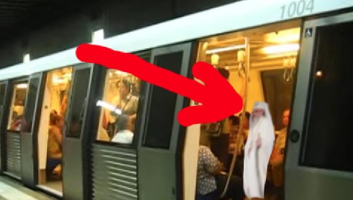 """ÎPS Daniel, fotografiat la metrou! """"E mișto, te simți mai aproape de iad"""""""