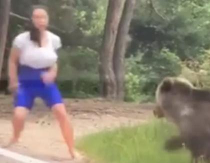 Tot ursul avea de suferit dacă o prindea pe tută: ori era împuşcat, ori se molipsea de prostie!