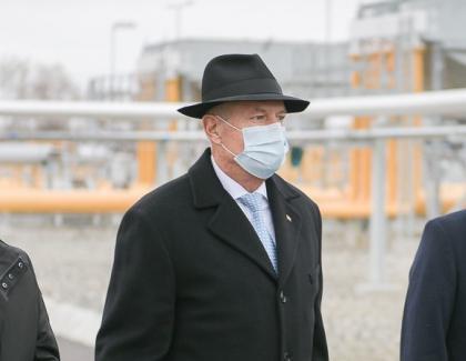 Iohannis cu pălărie de 350 de lei la Caraș-Severin, în timp ce Dragnea moare de frig în închisoare!