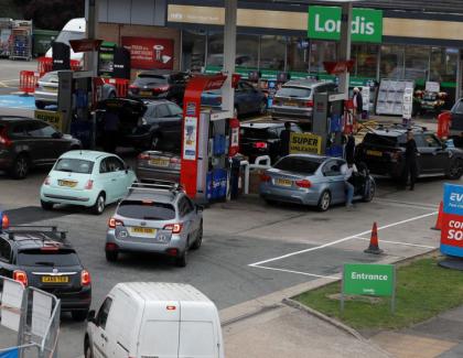 Criză de benzină în Marea Britanie. Şoferii stau cu orele la coadă la benzinării ca să-și ia de băut, că fără benzină se poate trăi
